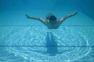man-swimming-in-pool-871278587620eIzC